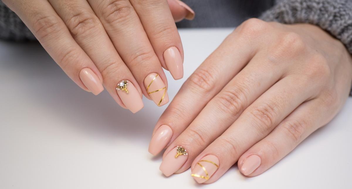 exposure to uv light and acrylic nails photo - 2