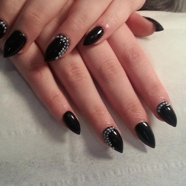 short stiletto black nails photo - 2