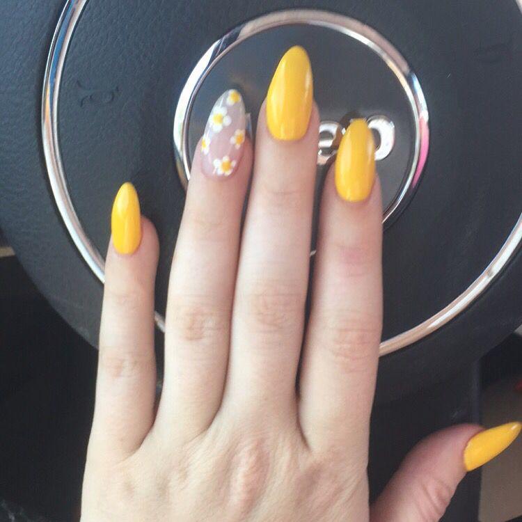 short yellow flower gel nails photo - 2