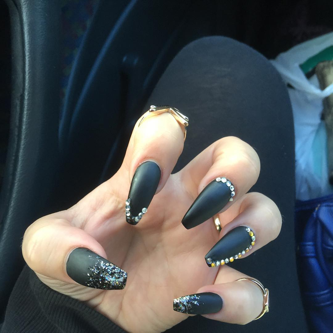 stiletto black and silver nails photo - 1