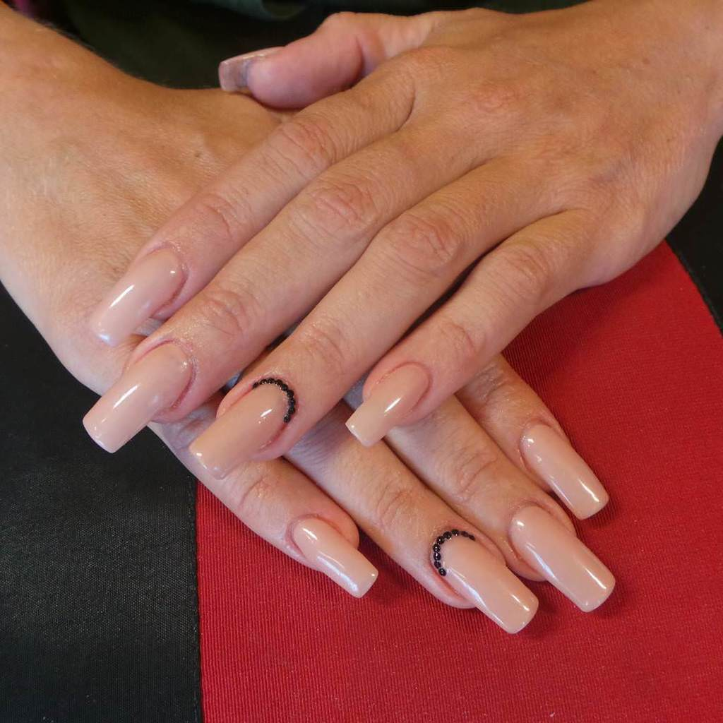 taping with acrylic nails photo - 1
