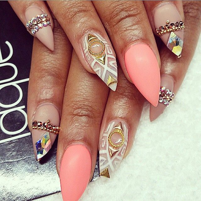 weapons in acrylic nails photo - 1